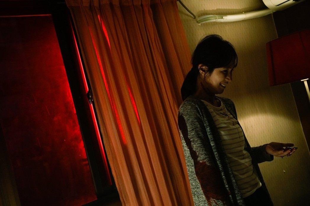 小薰在「76号恐怖書店-租屋」驚悚詭譎氛圍中挑戰演技。圖/七十六号原子提供