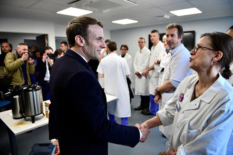 法國總統馬克宏27日到醫院為人員打氣。歐新社