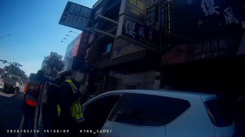 台南員警熱心協助孕婦就醫。記者黃宣翰/翻攝