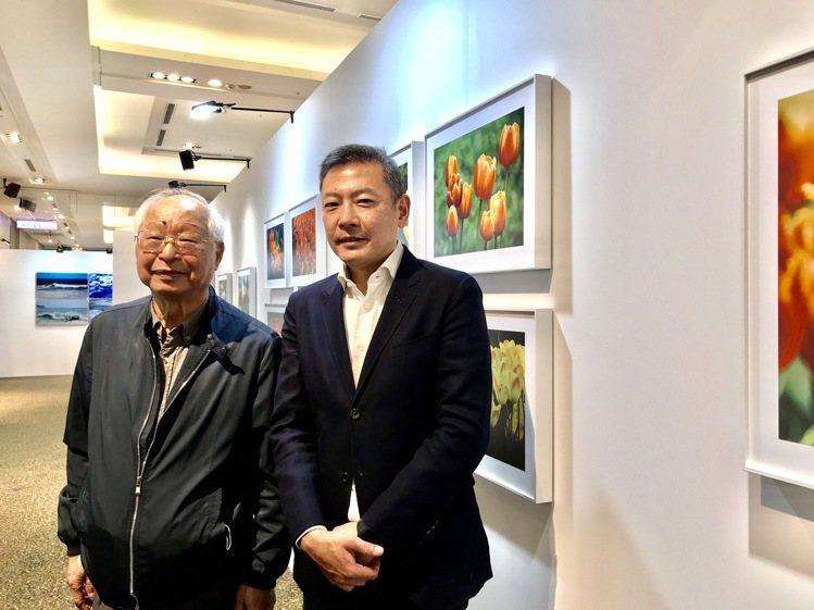 新光三越董事長吳東興(左起)、新光三越總經理吳昕陽,父子一起出席新光三越國際攝影...