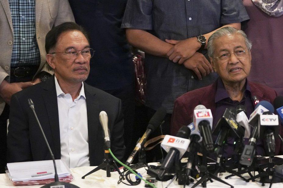 安華(左)與馬哈迪(右)的角力攪動馬來西亞政局。美聯社資料照片