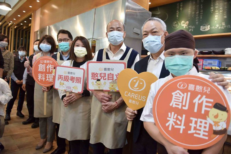 高雄市長韓國瑜(右三)說新冠肺炎疫情影響高雄餐飲業,綠營認為高雄餐飲旅宿經營辛苦,不盡然都是疫情所致。圖/高雄市政府新聞局提供
