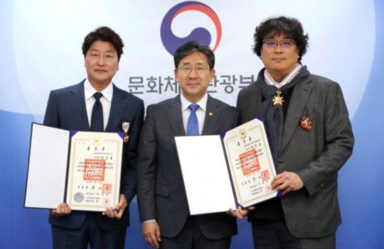 「寄生上流」男主角宋康昊(左)與導演奉俊昊(右)分別捐出1億善款助防疫。圖/摘自...