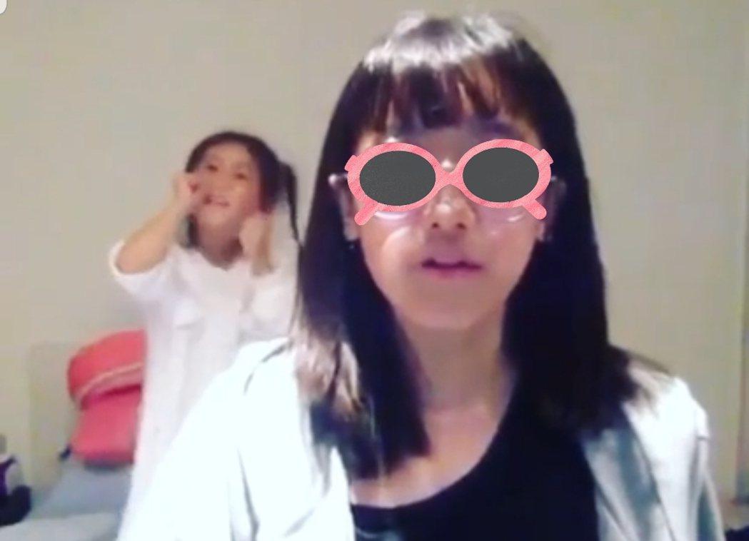 咘咘在梧桐妹背後手舞足蹈。圖/截圖自臉書