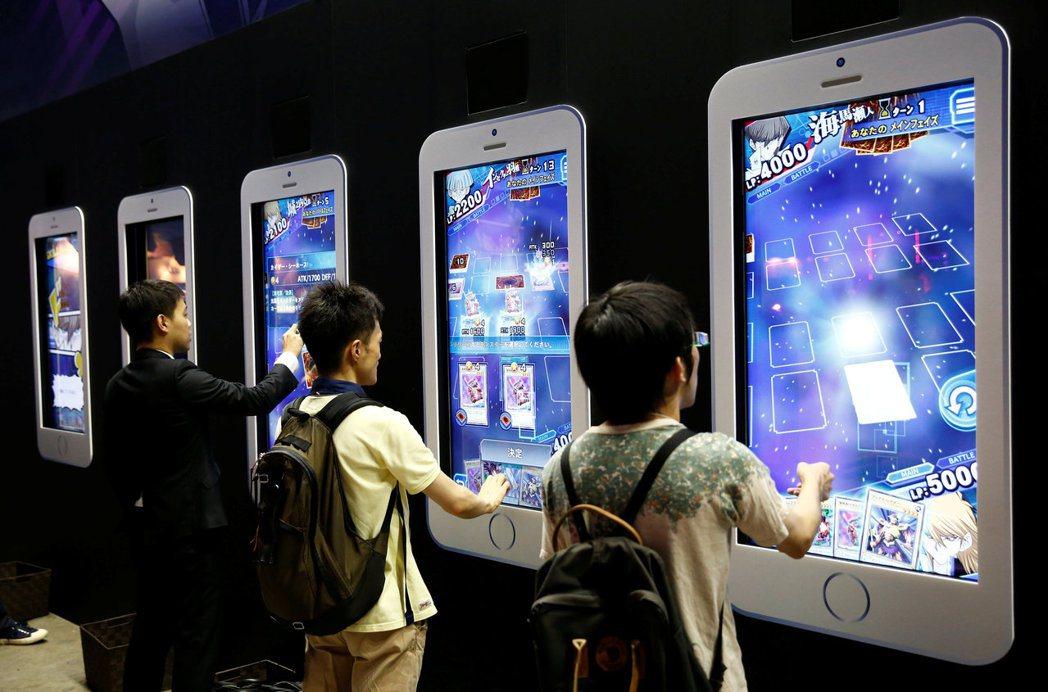 遊戲公司和分析師同聲表示,手遊的轉蛋獲利模式已過了巔峰,因為玩家要求愈來愈高,遊...