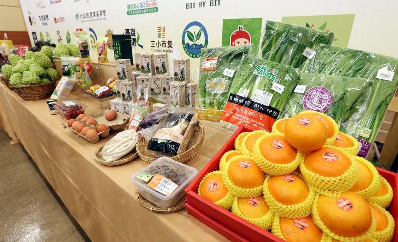 農委會昨號召國內電商平台舉辦「台灣農產嘉年華滿五百送五十」活動,網購多樣新鮮農產品。記者侯永全/攝影