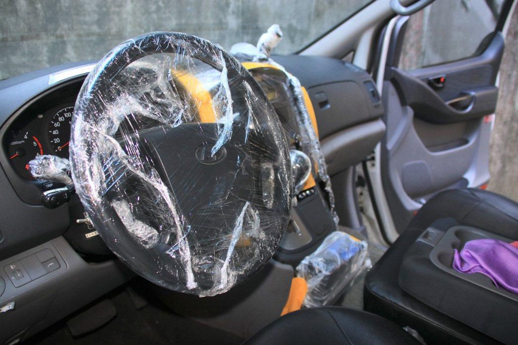 消防員為防疫使盡渾身解數。車上包滿保鮮膜,就連方線盤、無線電等也不放過。 記者曾...