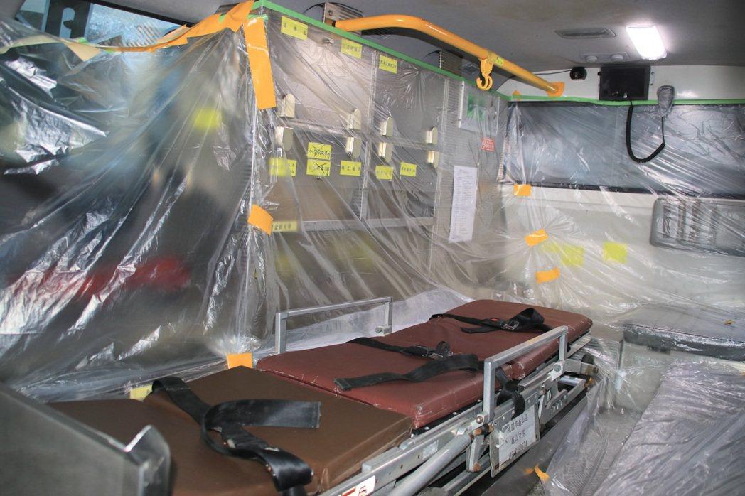 防疫專車內部貼滿層層保鮮膜,勤務結束返隊後,撕除的保鮮膜比照醫療廢棄物銷毀,內部...