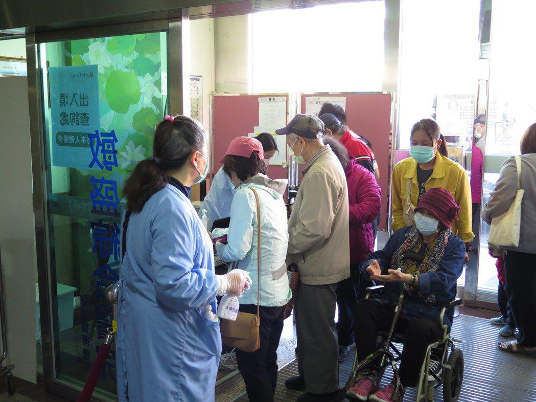 桃園包含敏盛醫院在內,入院者要出示健保卡查詢有無相關旅遊史與接觸史,以降低院內感...