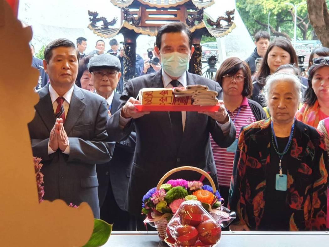 圖為前總統馬英九前往二二八和平公園福德宮參拜。記者楊正海/攝影