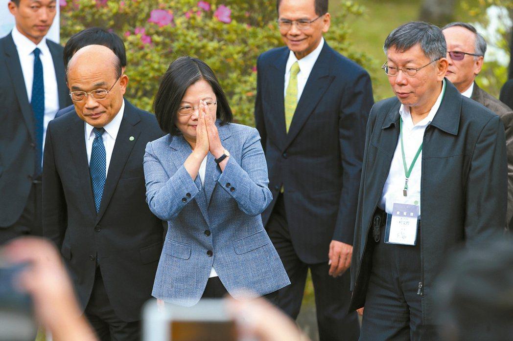 蔡英文總統(中)、行政院長蘇貞昌(左)、台北市長柯文哲(右)等出席二二八紀念活動...