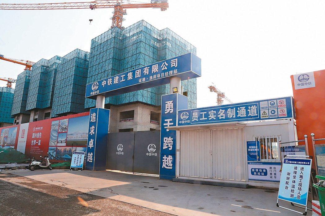 今年全大陸已有超過百家房企宣告破產。圖為北京市豐台區一處建案工地尚未復工。 中新...