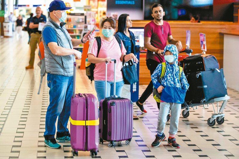 澳洲對疫情不敢掉以輕心,圖為布里斯本機場戴口罩旅客。 歐新社