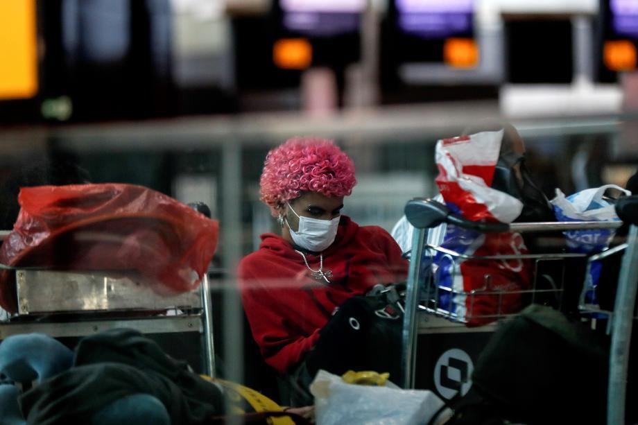 巴西變更通報標準,疑似病例驟增。圖為巴西聖保羅機場的旅客已戴上口罩防疫。 歐新社