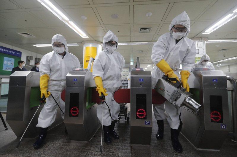 韓國新冠肺炎疫情爆發,防疫人員全面對大眾運輸工具消毒。圖/美聯社
