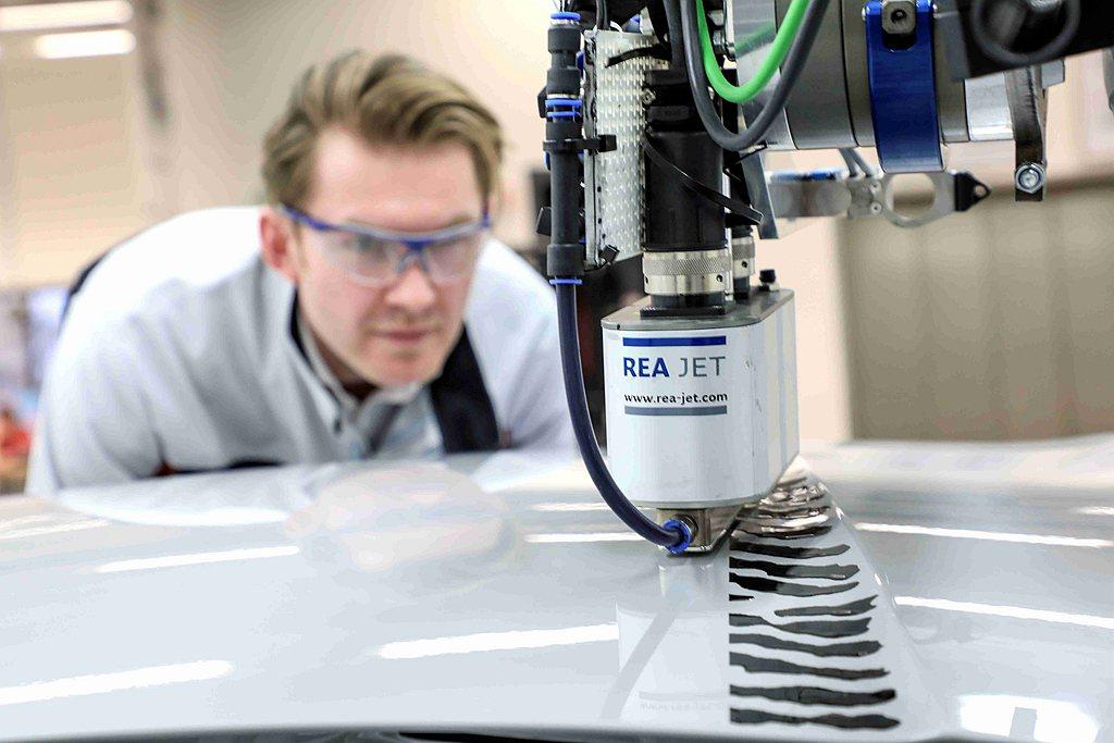 各噴頭採獨立控制,可將塗料更精準噴灑至目標位置。技術最複雜之處在於整合機械科技(...