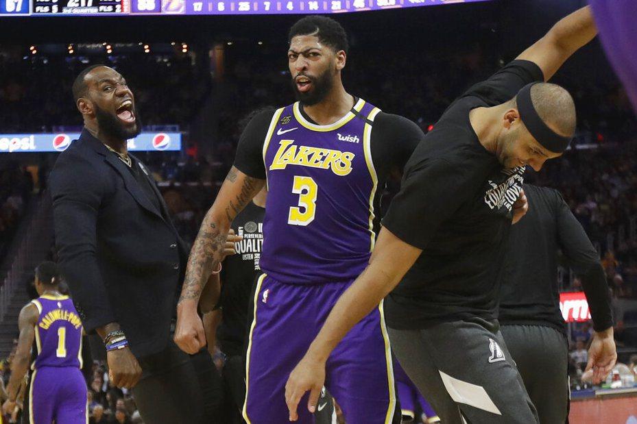 詹姆斯(LeBron James)因腹股溝酸痛的關係缺席比賽,在場邊穿西裝看AD率領湖人輕鬆贏球。 美聯社