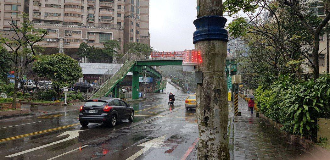 警方在麥金路、樂利三街路口前增設紅藍爆閃燈,提醒用路人遵循號誌指示行進,維護行車...