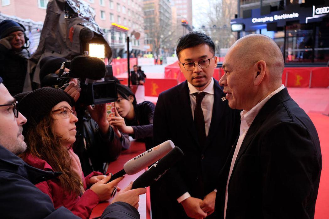 世界首映前紅地毯,導演蔡明亮接受媒體訪問。圖/汯呄霖電影提供,林育立攝影