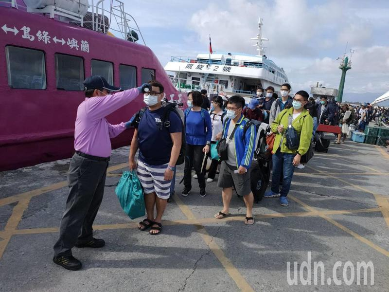 台東離島客輪今天首度實施遊客登船前量額溫防疫,富岡漁港碼頭擠滿排隊人群。記者羅紹平/攝影