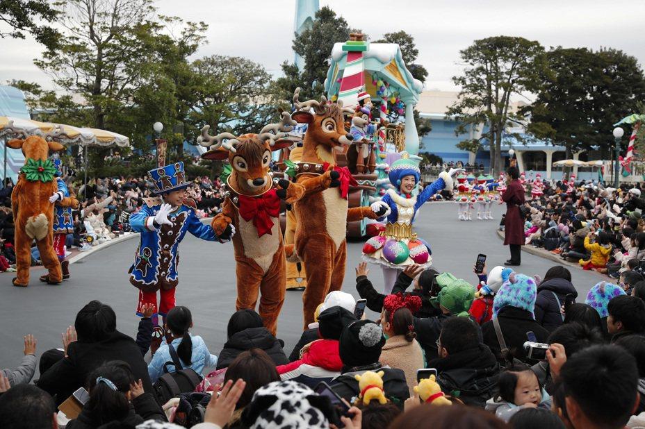 日本網友認為,大人不在,小孩怎麼會乖乖在家,不是往遊樂場、購物中心跑,就是去大型的主題遊樂園玩。美聯社