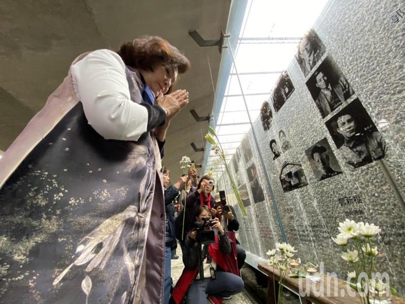 「宜蘭縣2020年二二八追思紀念活動」,今天在宜蘭運動公園二二八紀念園區舉行,縣長林姿妙點燈與獻花,表達追思。記者羅建旺/攝影