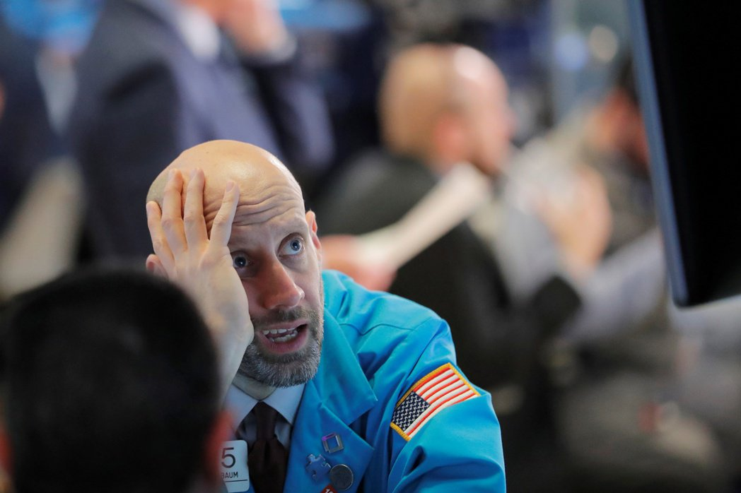 美股跌入修正區域,市場對Fed和其他央行降息的預期升高。 美聯社