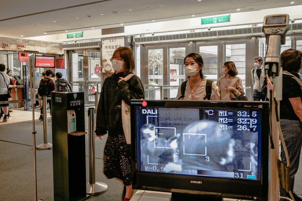 台北101自2月28日起實施,進入購物中心、大樓的民眾,需進行體溫監測。圖/台北...