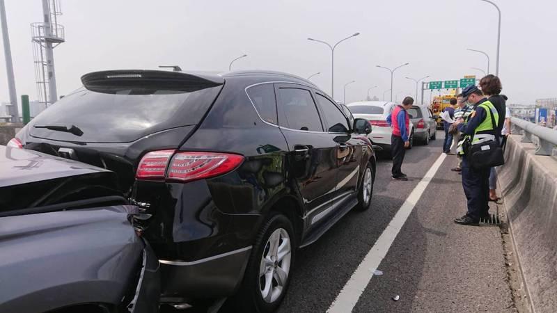 二二八連假第一天,台74線中清匝道口發生五車追撞事故,造成三人輕傷、意識清楚送醫。圖/民眾提供