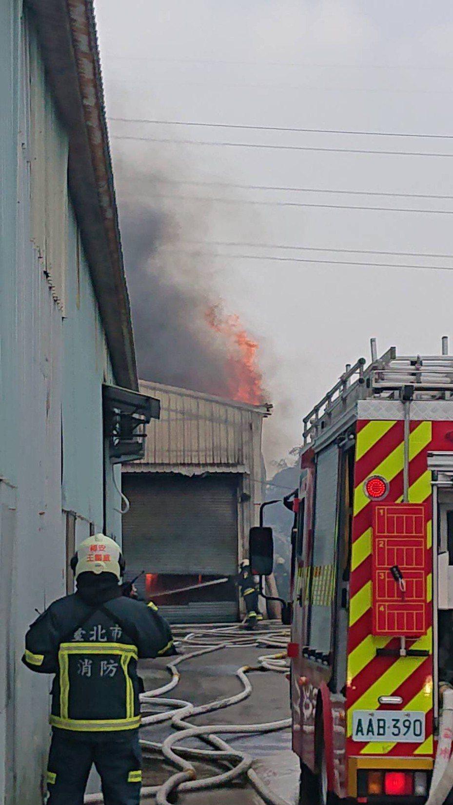消防人員到場搶救。記者蕭雅娟/翻攝
