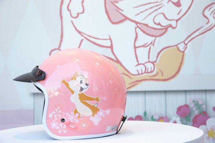 櫻花季限定安全帽,共有粉紅、藍、白色三色,各690元。圖/邁思娛樂提供