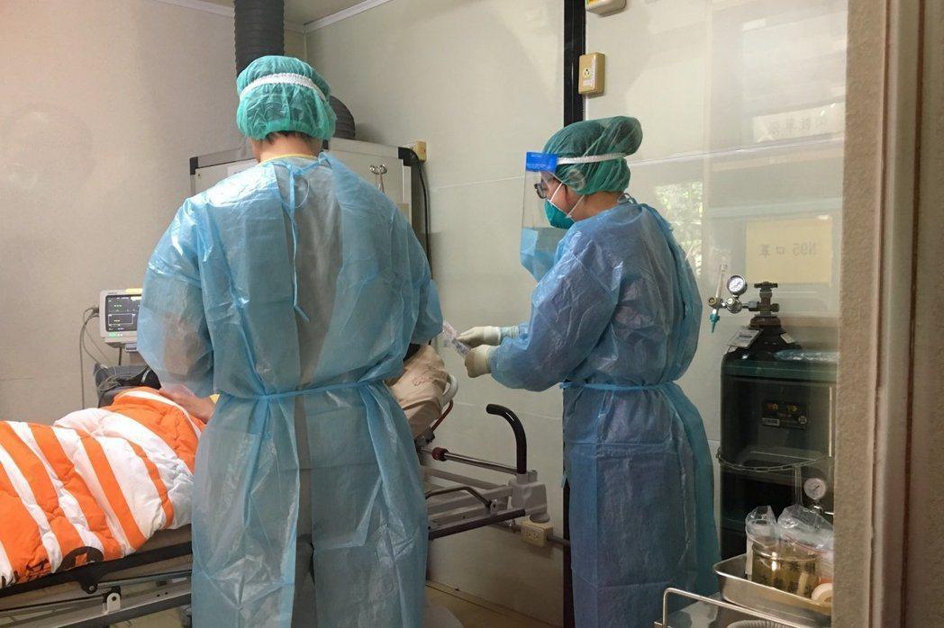 中央流行疫情指揮中心今(28)日公布國內新增2例新冠肺炎確定病例,分別為北部30...