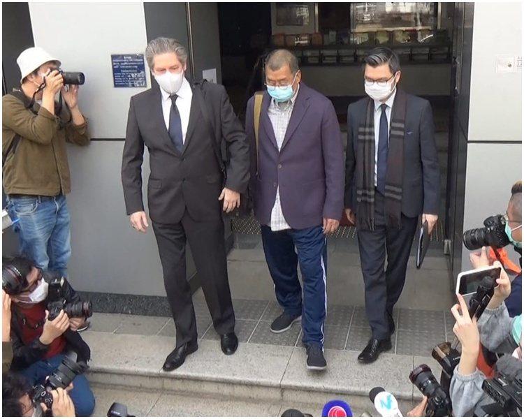 被香港重案組拘捕的黎智英等三人,下午獲准保釋離開警署。取自星島日報