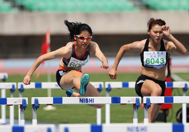 台中市新民國中許樂(左)在港都盃公開女子組跨欄100公尺摘金。圖/中華田徑協會提供