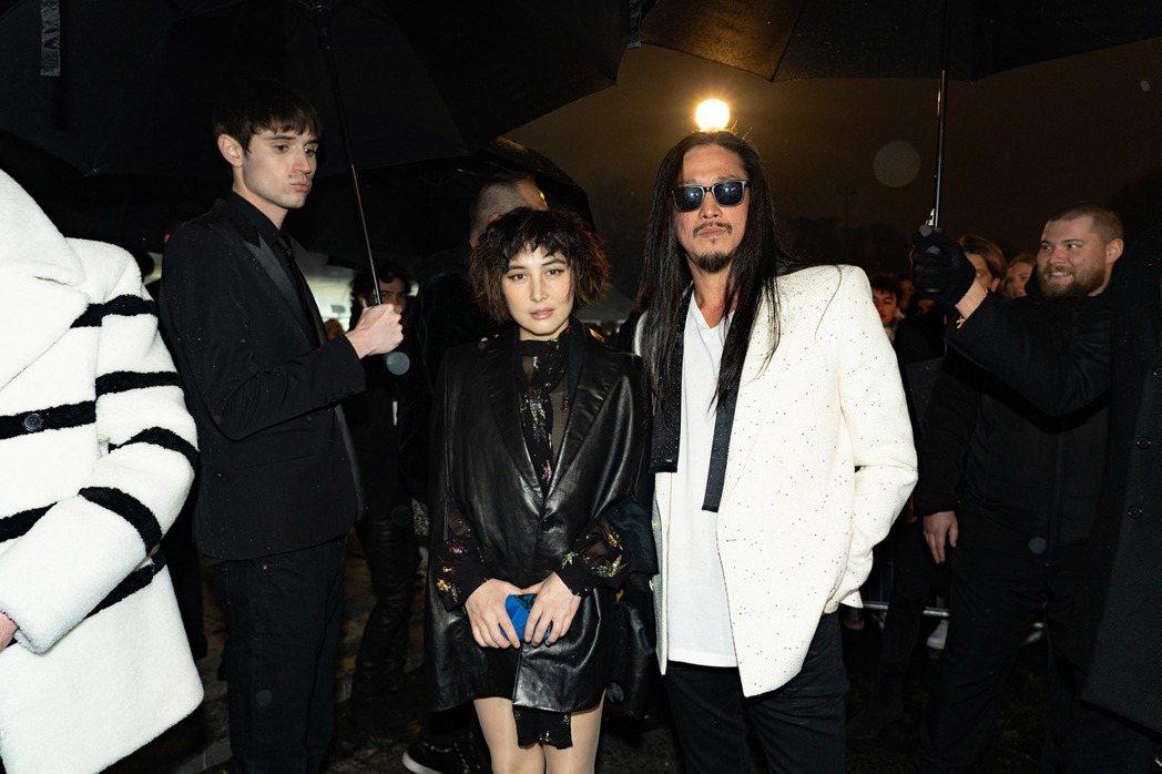 何超儀(左)與老公陳子聰赴巴黎參加時裝周,吸引外媒搶拍。圖/852 Films提...