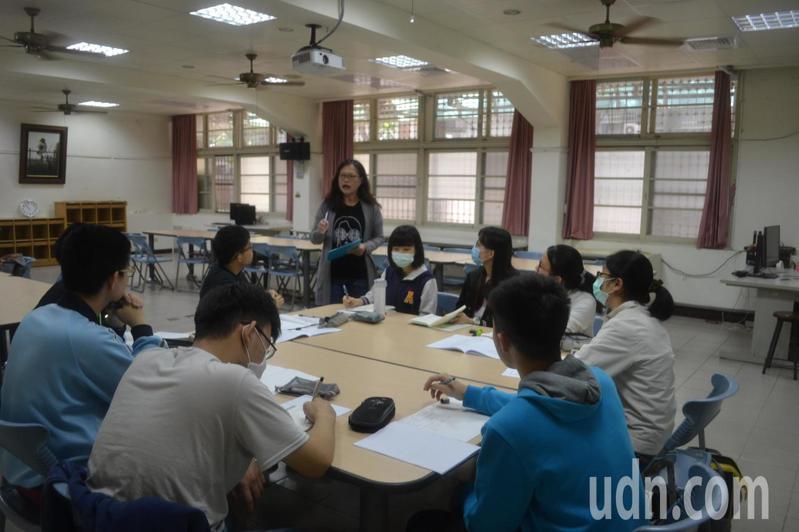 台南一中與台南女中今天聯合舉辦模擬面試,提升學生競爭力。記者鄭惠仁/攝影