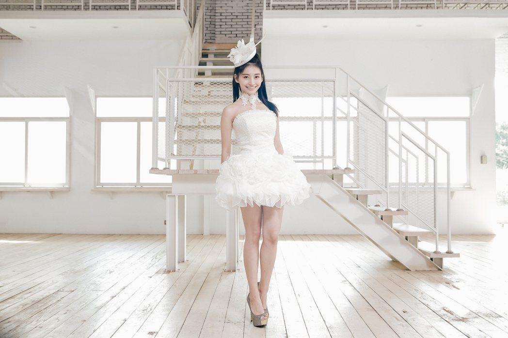 祈錦鈅在新歌「I DO」MV穿白紗,露出逆天長腿。圖/固力狗提供