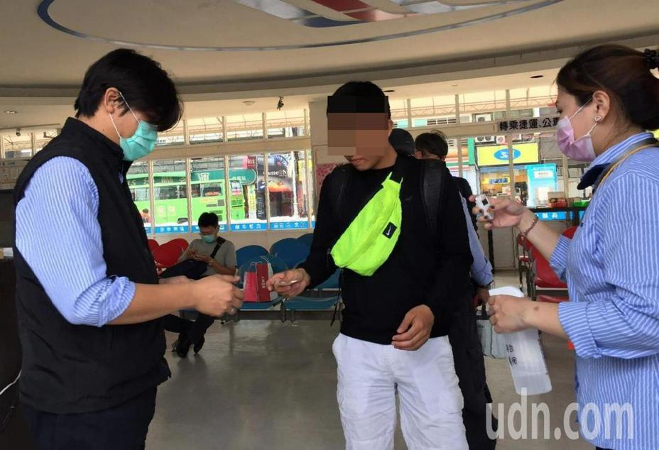 高雄國光客運人員為乘客量額溫、噴酒精,也勸導沒有戴口罩的乘客戴上口罩。記者楊濡嘉/攝影
