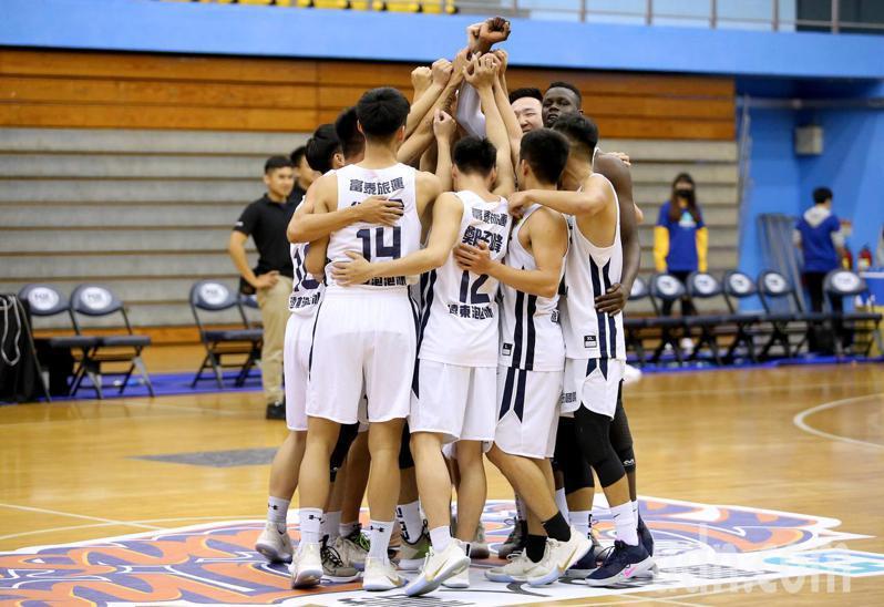 UBA大專籃球聯賽公開男子一級八強複賽,中州科大以83比75擊敗義守大學,隊史首度闖進四強賽,賽後球員圍在場中慶祝。記者余承翰/攝影