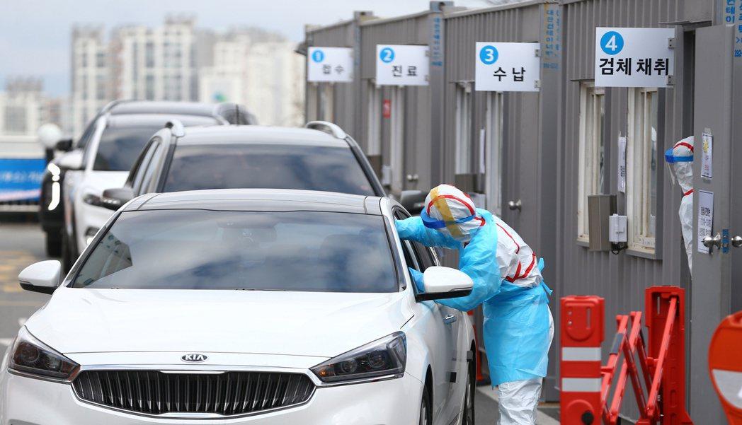 南韓連續兩日的新增病例數超越中國,目前確診人數直逼2,400人。路透