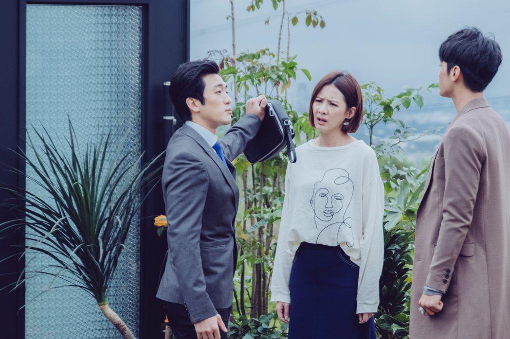 鍾政均(左起)在劇中飾演安心亞的「媽寶」前男友。圖/歐銻銻娛樂提供