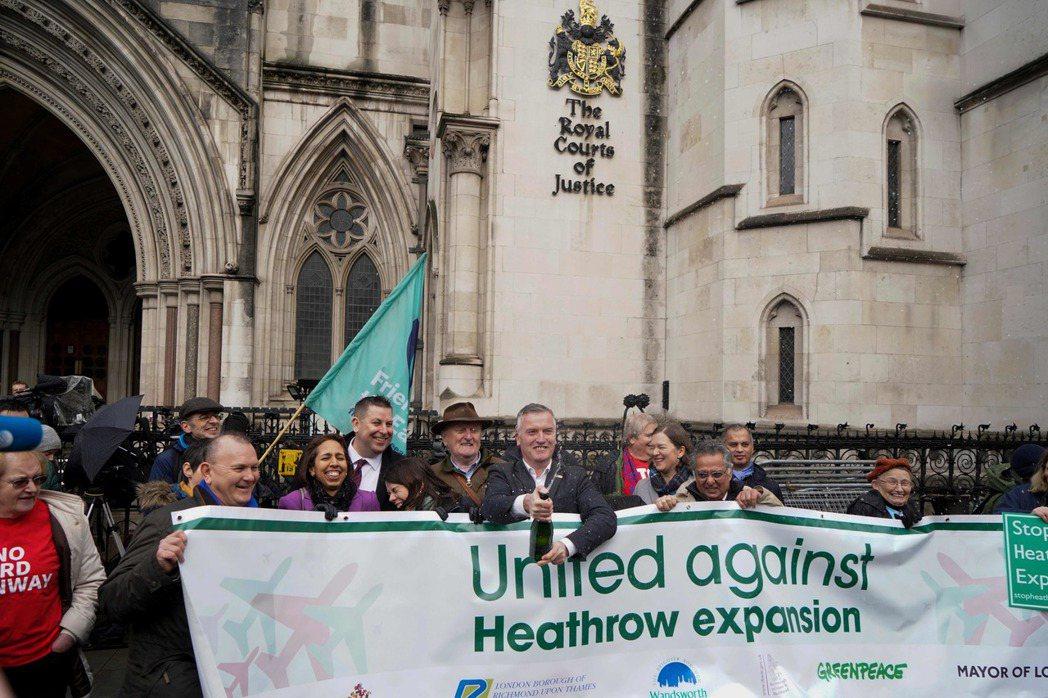 英國民眾廿七日在法院外慶祝法官判決中止希斯洛機場擴建案。(法新社)