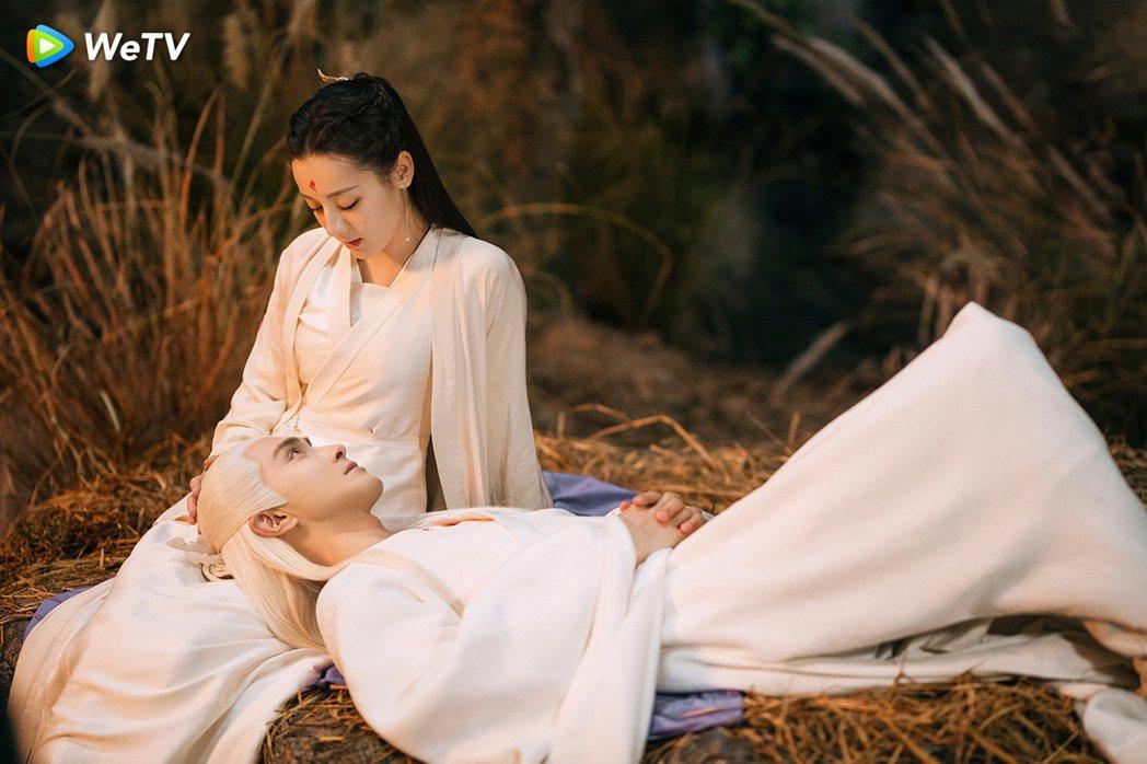 迪麗熱巴(左)高偉光在「三生三世枕上書」戲中,光凝視對方就很有愛。圖/WeTV提...