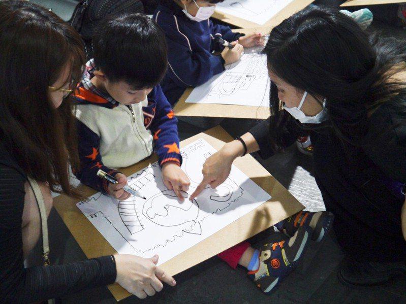 巴黎龐畢度的兒童藝術工作坊,讓孩子記錄自己的體驗活動。圖/聯合數位文創提供