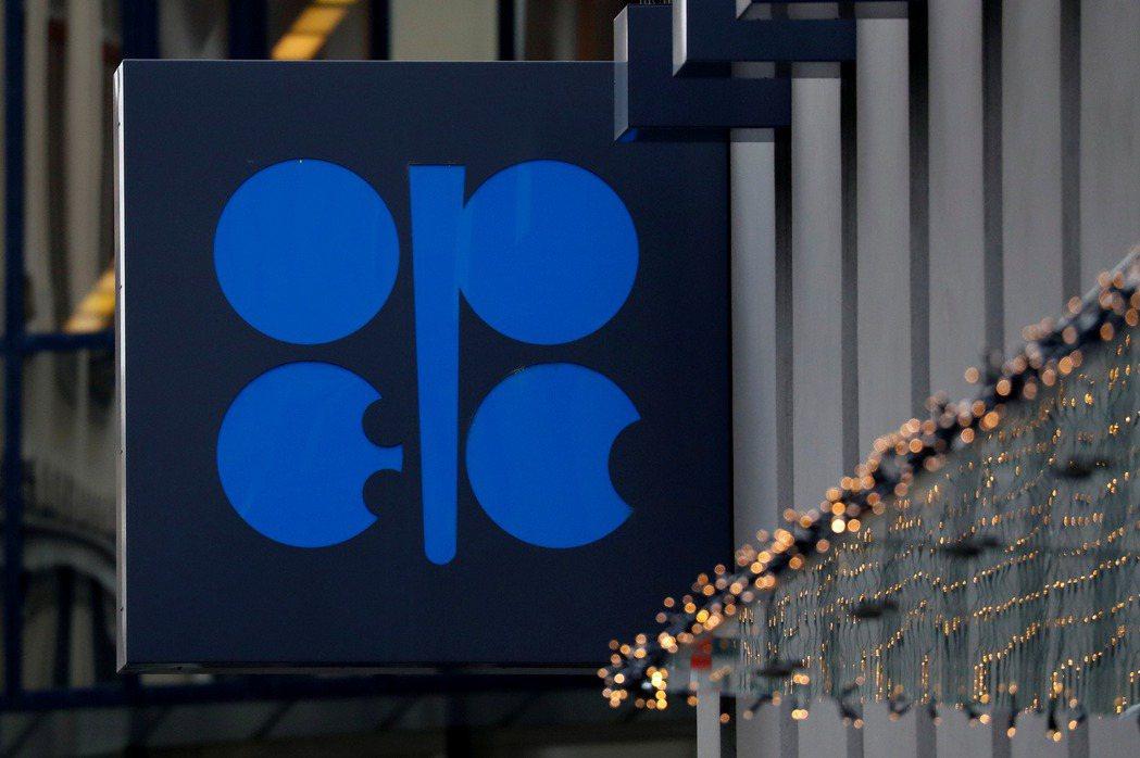 油價跌破50美元,OPEC+考慮擴大減產。(路透)