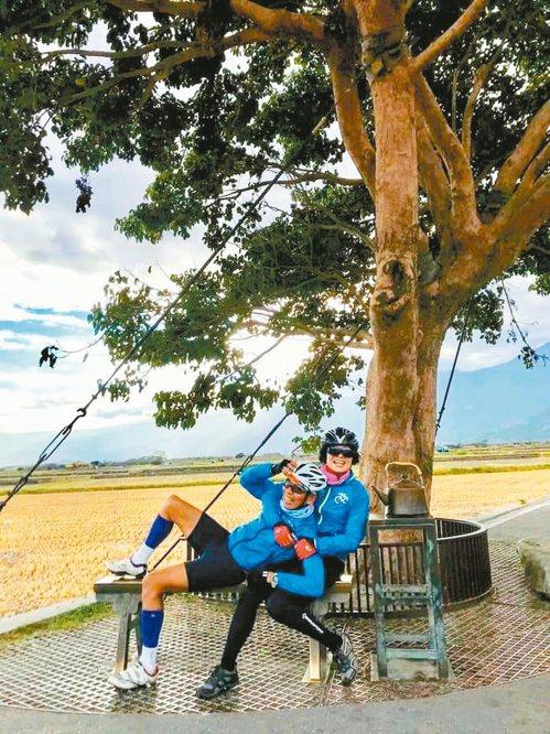 莫昭平從「一起運動」參與古競祥的生活。圖為古、莫去年單車環島,在台東金城武樹下休...