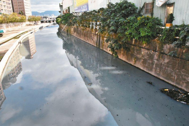 新北市泰山貴子坑溪坡度平緩,髒汙容易沉積,成為周邊居民口中的臭水溝。 記者江婉儀/攝影
