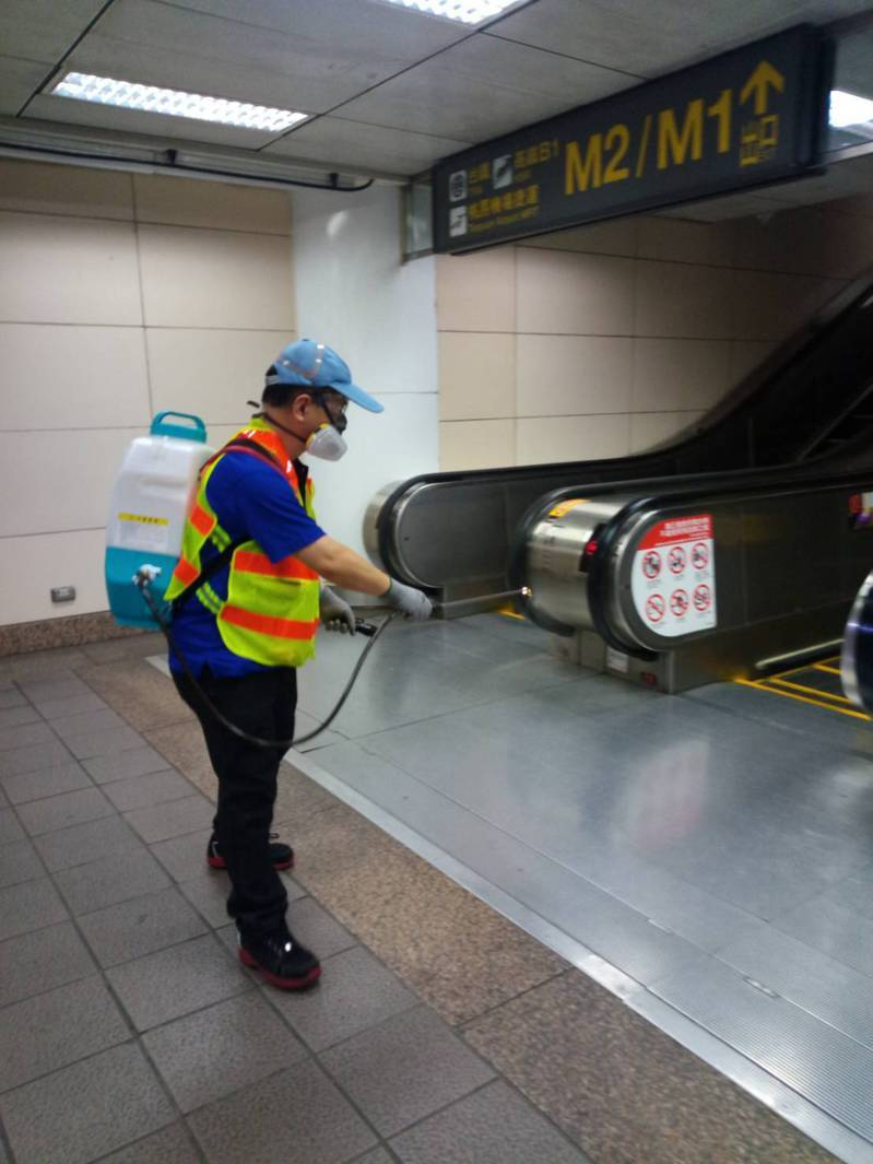 新型冠狀病毒肺炎確診第32例移動軌跡曾搭乘捷運、台鐵,台北捷運公司全面加強相關場站消毒。 圖/台北捷運公司提供