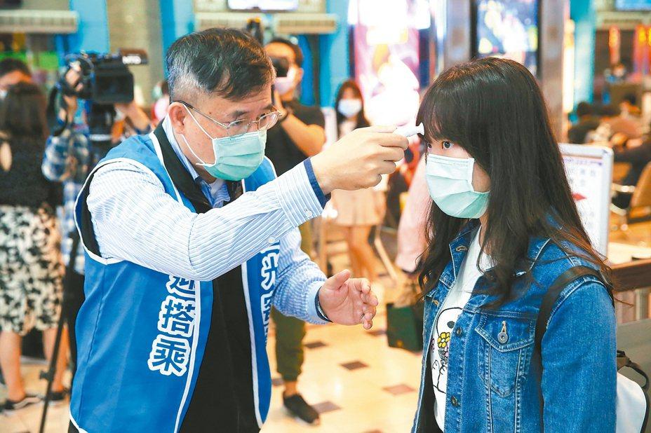 疫情指揮中心一級開設後,客運場站防疫措施也全面升級,昨天開始實施旅客搭車須戴口罩,搭車前也要量體溫,部分旅客不知道,客運公司只好送口罩。 記者葉信菉/攝影