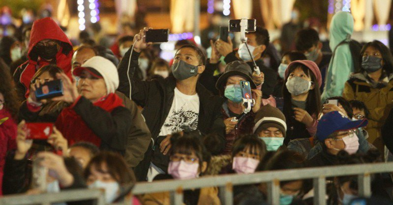 高雄上個月舉辦燈會,參加活動的民眾都戴上口罩。圖/本報系資料照片